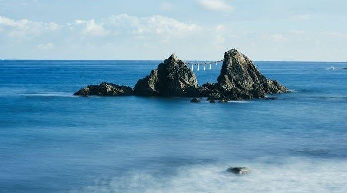 活気あふれる天神のすぐそばで、メローな波がブレイクする。さあ、クラシックロングボードと福岡の旅へ