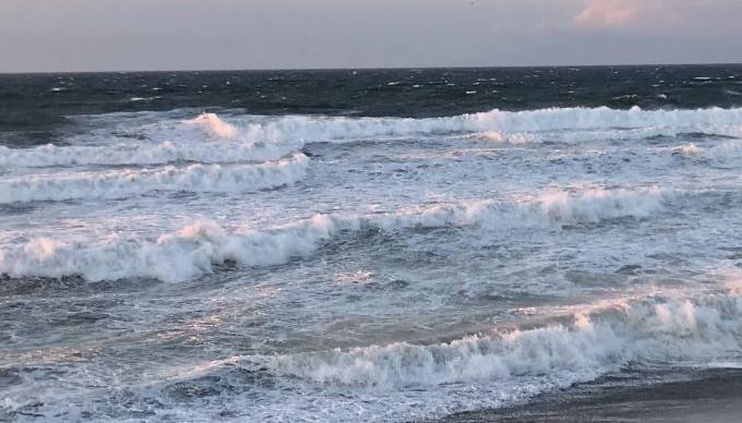 オンショアの波にクラシックロングボードで、どう挑むか。